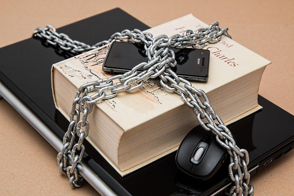 المعلومات الإلكترونية أو الفيزيائية تحتاج إلى حماية